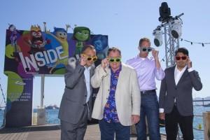 """La nueva película de animación de Disney-Pixar """"Inside Out"""" puso de cabeza el lunes al festival de Cannes cuando la película sobre lo que sucede dentro de la cabeza de una joven atrajo todos los aplausos y generaba preguntas sobre por qué no competía por ningún premio. En la imagen,el productor Jonas Riviera, el productor ejecutivo John Lasseter, el director Pete Docter, y el codirector Ronaldo Del Carmen posan durante un photocall de presentación de """"Inside Out"""" en Cannes, el 18 de mayo de 2015.  REUTERS/Yves Herman"""